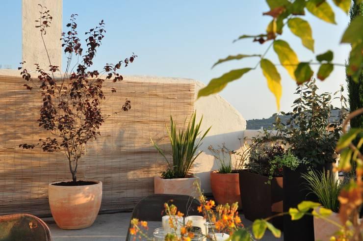 Terraza Balmes: Terrazas de estilo  de ésverd - jardineria & paisatgisme