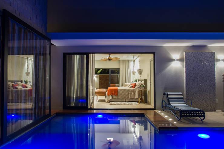 Integração dos quartos com o lazer: Quartos  por RABAIOLI I FREITAS