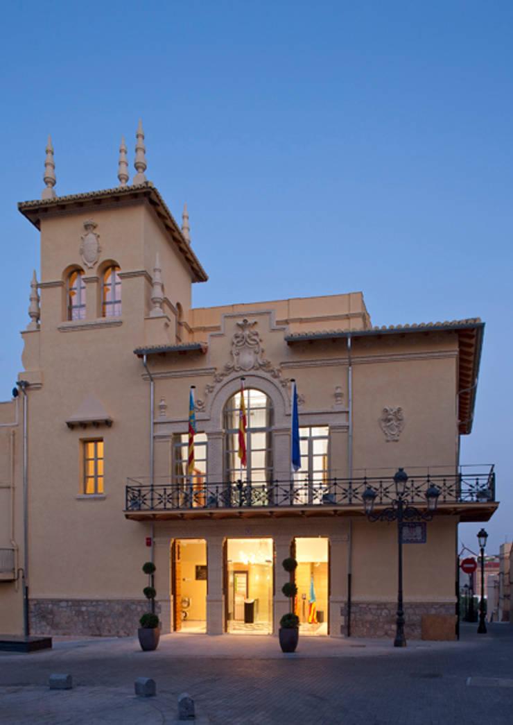 Fachada del edificio rehabilitado: Edificios de oficinas de estilo  de ARG Arquitectos