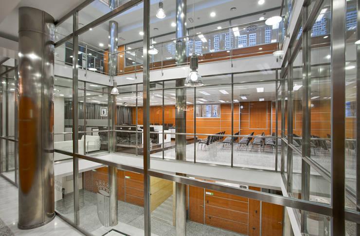 Nuevos interiores con nuevos materiales  e instalaciones: Edificios de oficinas de estilo  de ARG Arquitectos