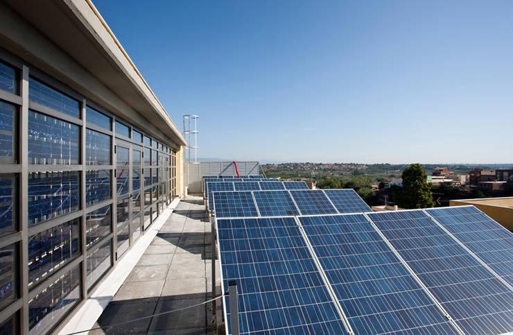 Sistemas de ahorro de energía en cubierta: Edificios de oficinas de estilo  de ARG Arquitectos