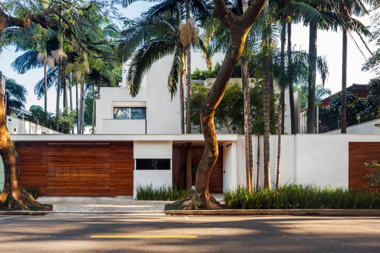 Casas modernas por Reinach Mendonça Arquitetos Associados