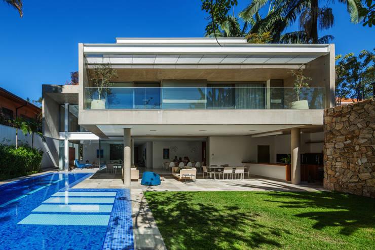 Residência MG: Casas  por Reinach Mendonça Arquitetos Associados