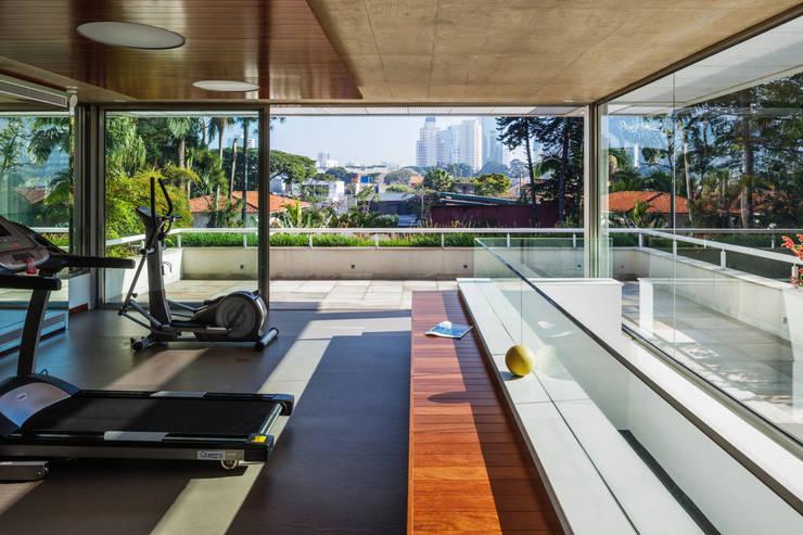 Residência MG: Fitness  por Reinach Mendonça Arquitetos Associados