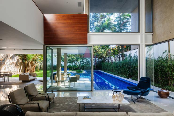 Residência MG: Salas de estar  por Reinach Mendonça Arquitetos Associados