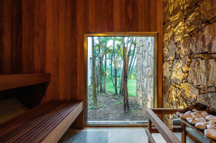 Spas modernos por Reinach Mendonça Arquitetos Associados