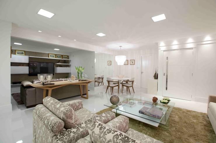 Apartamento do casal: Salas de estar  por Cátia Bacellar