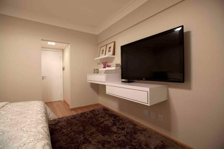 Apartamento do casal: Quartos  por Cátia Bacellar