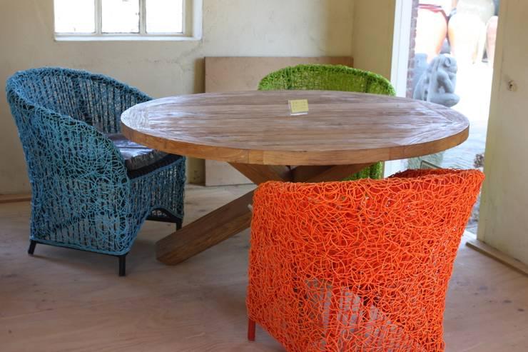 Ronde teaktafel met wicker stoelen  :   door Ars Longa, Scandinavisch