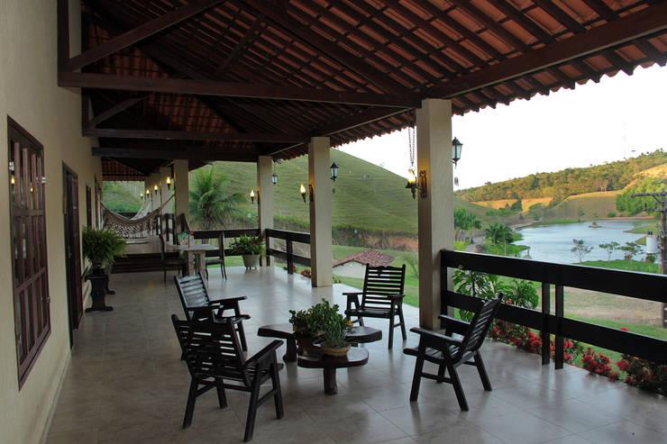 Casa de Fazenda : Casas campestres por Celia Beatriz Arquitetura