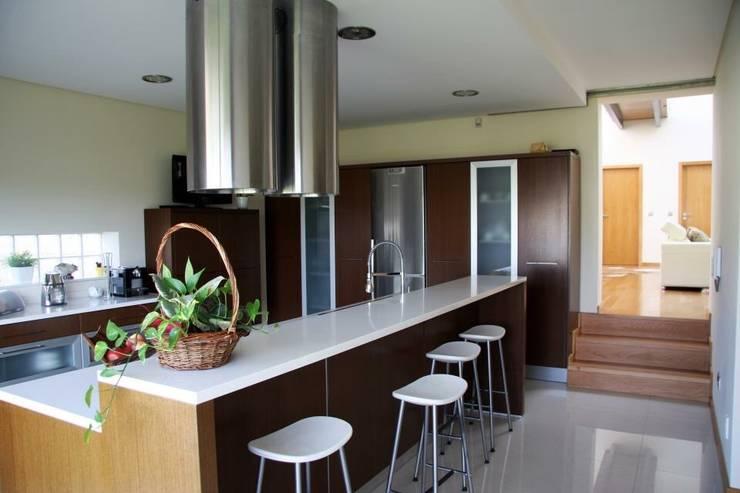 """Moradia """"in ponte"""": Cozinha  por UrbQuality Lda"""