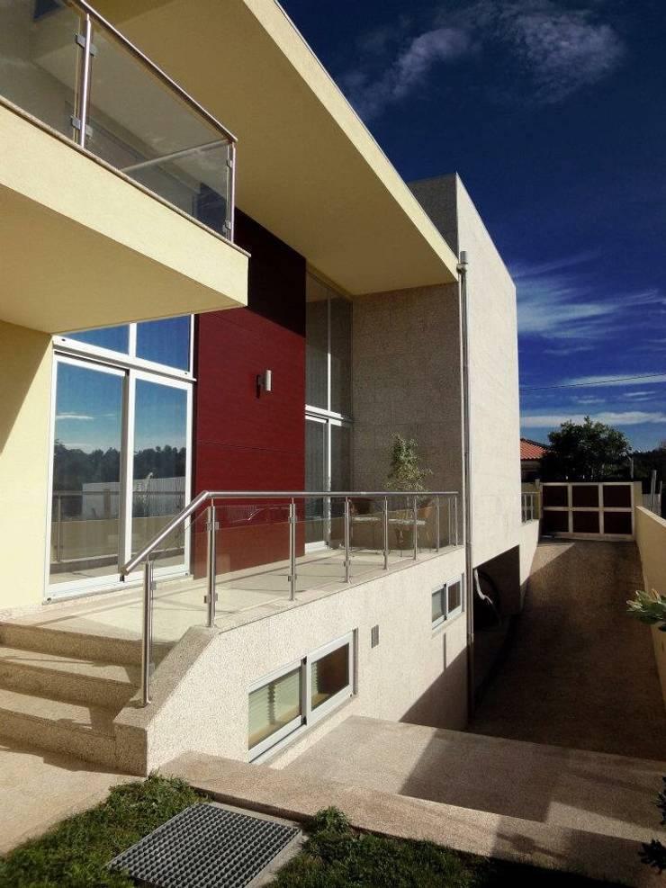Moradia <q>in ponte</q>: Casas  por UrbQuality Lda