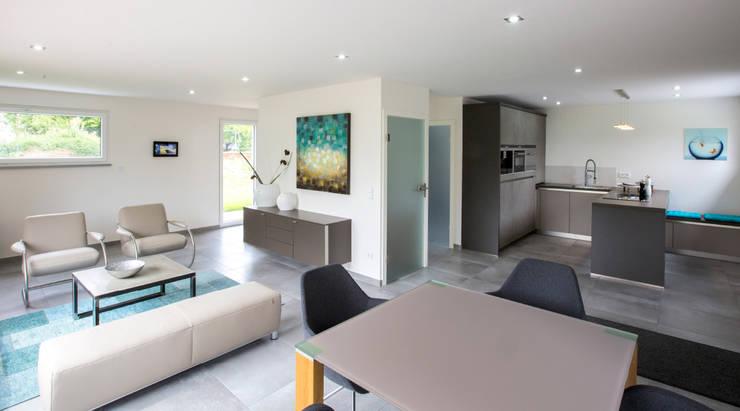 ICON Wohnbeispiel: moderne Esszimmer von Dennert Massivhaus GmbH