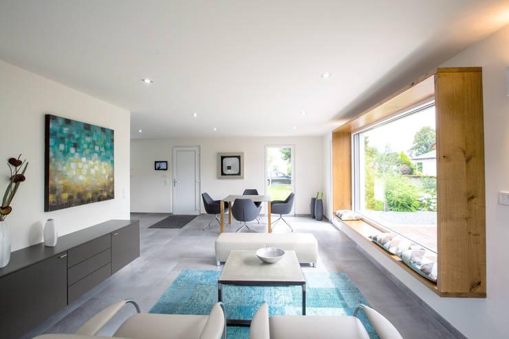 ICON Wohnbeispiel: moderne Wohnzimmer von Dennert Massivhaus GmbH
