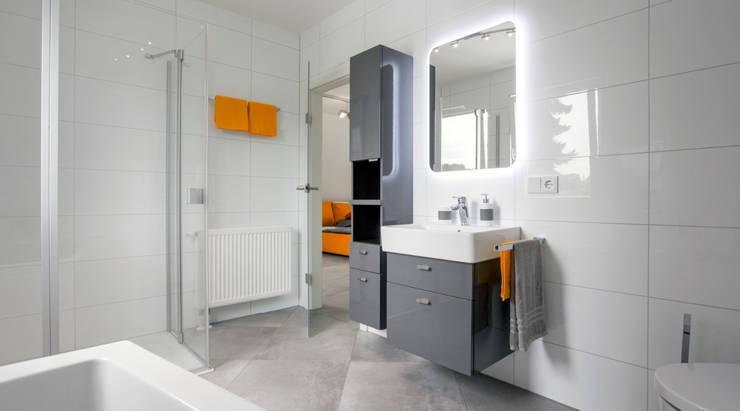 Banheiros modernos por Dennert Massivhaus GmbH