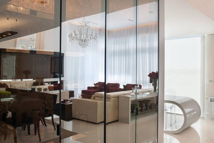 Residência: Salas de estar  por Andreia Benini Arquiteta