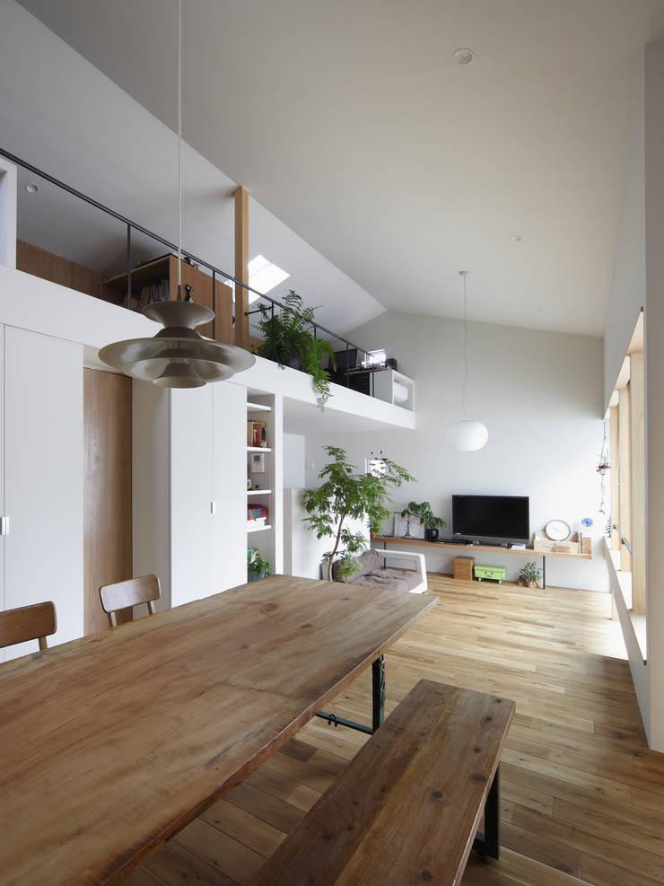 春風の家: 樋口章建築アトリエが手掛けたダイニングです。