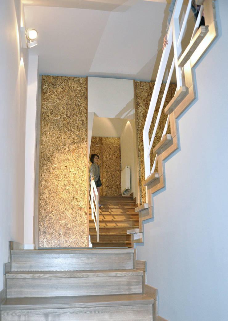 Mieszkanie dwupoziomowe w Kiełczowie: styl , w kategorii Korytarz, przedpokój zaprojektowany przez Pracownia Kaffka