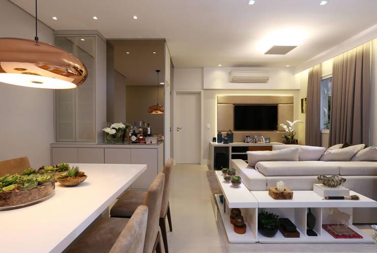 Apartamento em Alphaville: Salas de estar  por Mikaelian Freitas Arquitetura e Interiores