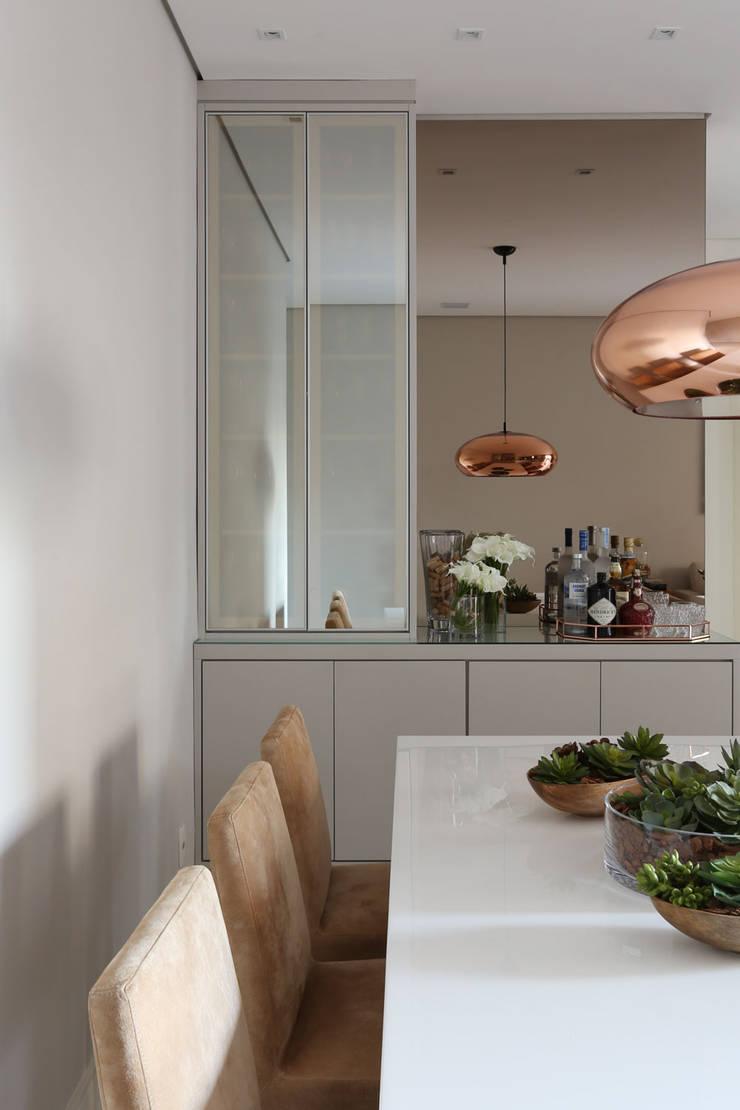 Apartamento em Alphaville: Salas de jantar  por Mikaelian Freitas Arquitetura e Interiores
