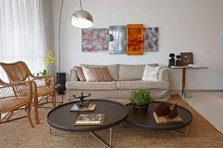 Apartamento Ninho: Salas de estar  por Coutinho+Vilela