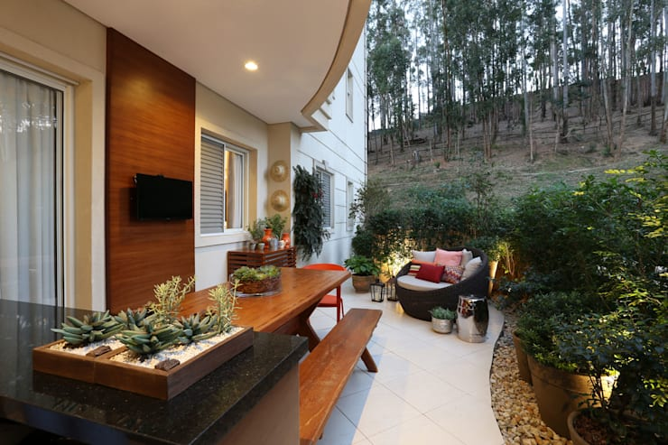 Apartamento em Alphaville: Terraços  por Mikaelian Freitas Arquitetura e Interiores