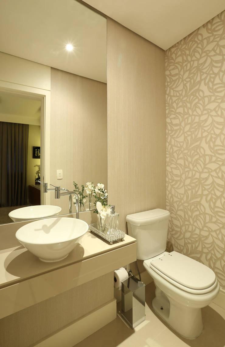 Apartamento em Alphaville: Banheiros  por Mikaelian Freitas Arquitetura e Interiores
