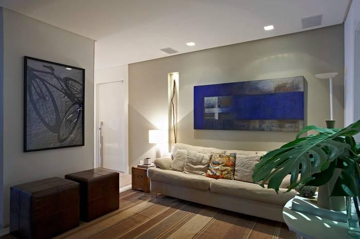 Apartamento Ninho: Salas multimídia  por Coutinho+Vilela