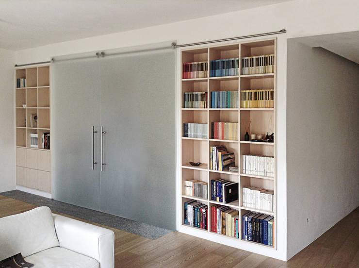 Casa C, interno a Novara: Soggiorno in stile in stile Minimalista di diegocolliniarchitetto