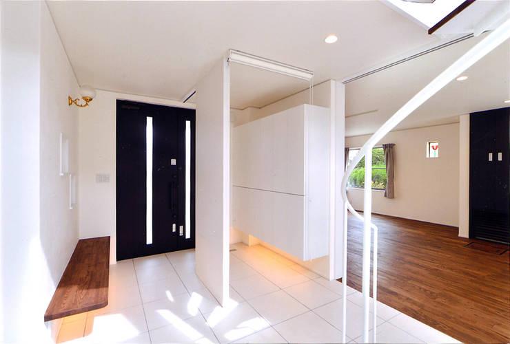 自然エネルギーを活用したエコ住宅 モダンな 壁&床 の 川口建築設計工房 モダン