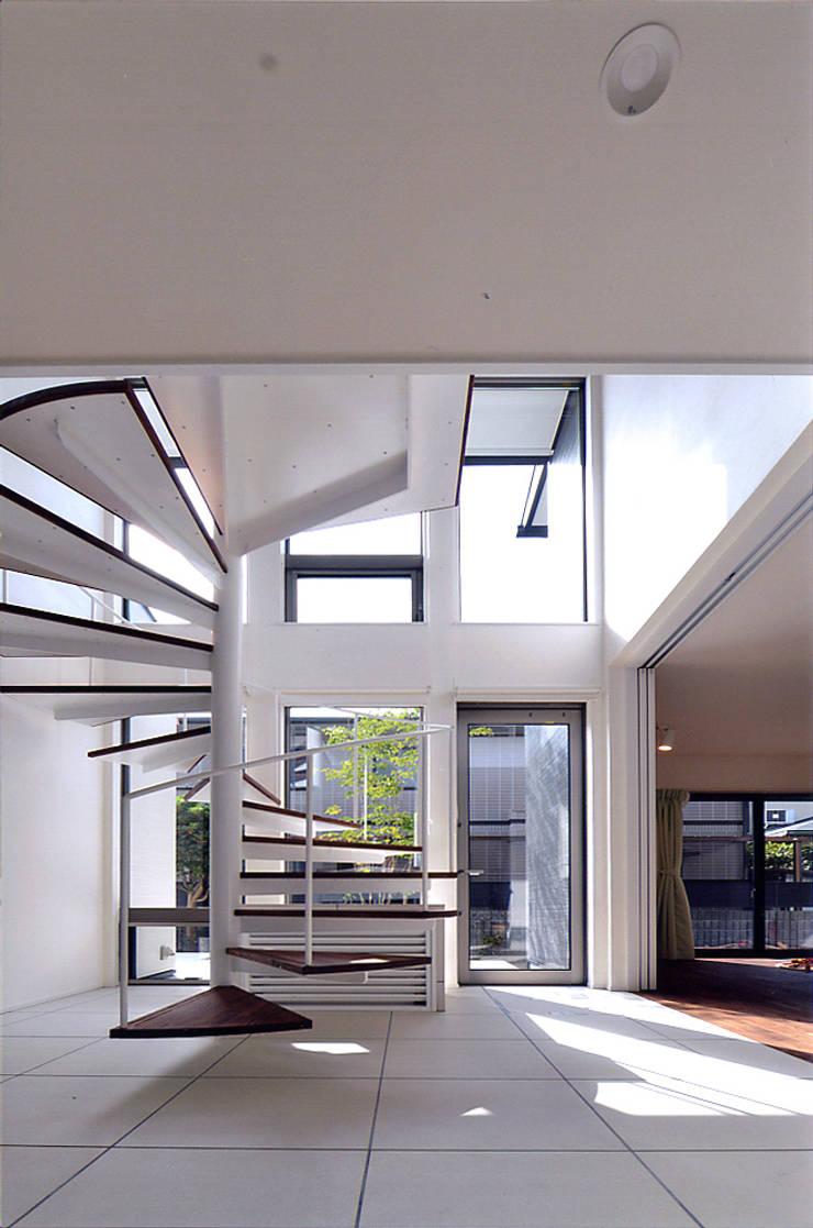 自然エネルギーを活用したエコ住宅: 川口建築設計工房が手掛けた廊下 & 玄関です。