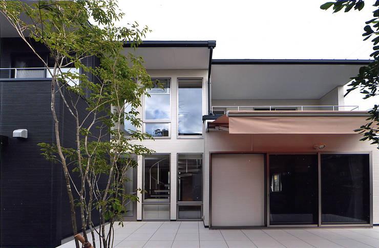 自然エネルギーを活用したエコ住宅: 川口建築設計工房が手掛けたテラス・ベランダです。