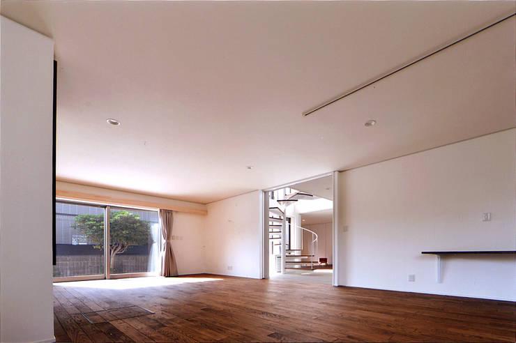 自然エネルギーを活用したエコ住宅: 川口建築設計工房が手掛けたリビングです。