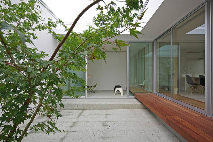 中庭: 株式会社 空間建築-傳が手掛けた庭です。