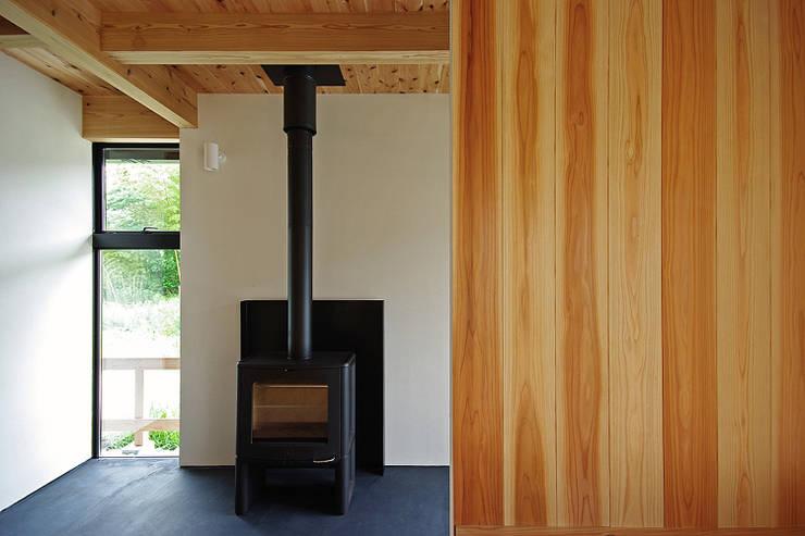 Salas multimedia de estilo  por 空間建築-傳 一級建築士事務所