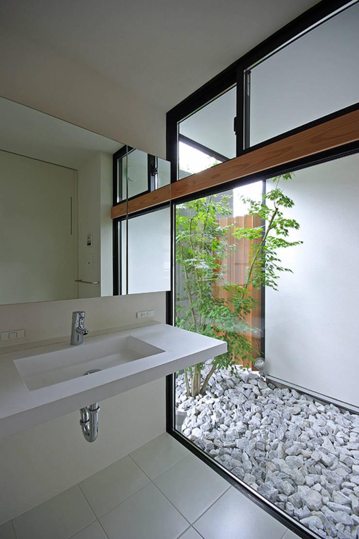 洗面脱衣室: 株式会社 空間建築-傳が手掛けた浴室です。,和風