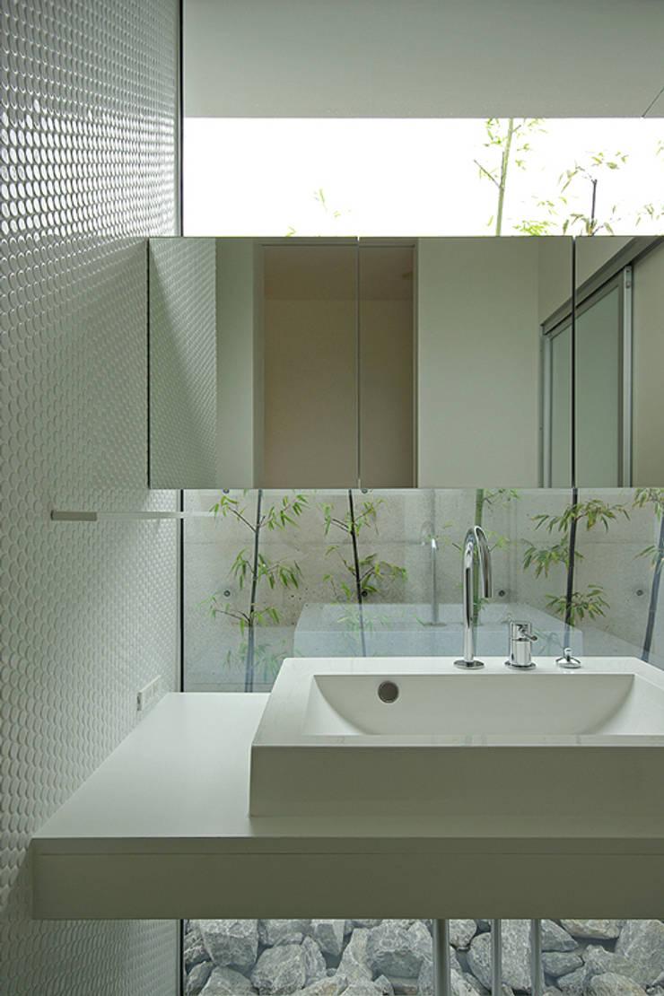 洗面脱衣室: 株式会社 空間建築-傳が手掛けた浴室です。