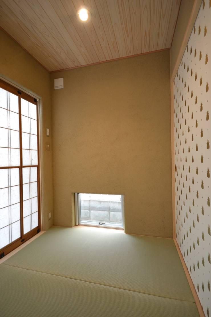 タタミスペース: 戸田晃建築設計事務所が手掛けた和室です。,モダン