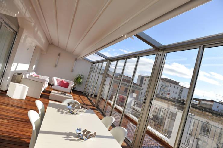 la vista sui tetti di caserta: Terrazza in stile  di fumante