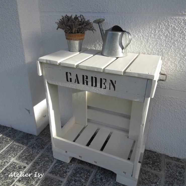 tavolino da giardino country chic: Balcone, Veranda & Terrazzo in stile  di Atelier Isy