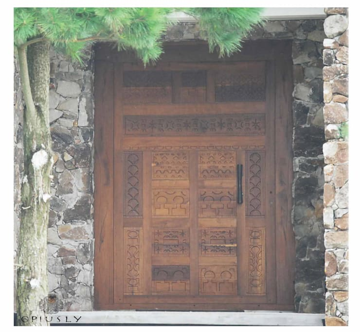 Otros muebles de Opiusly II: Ventanas y puertas de estilo  por Opiusly