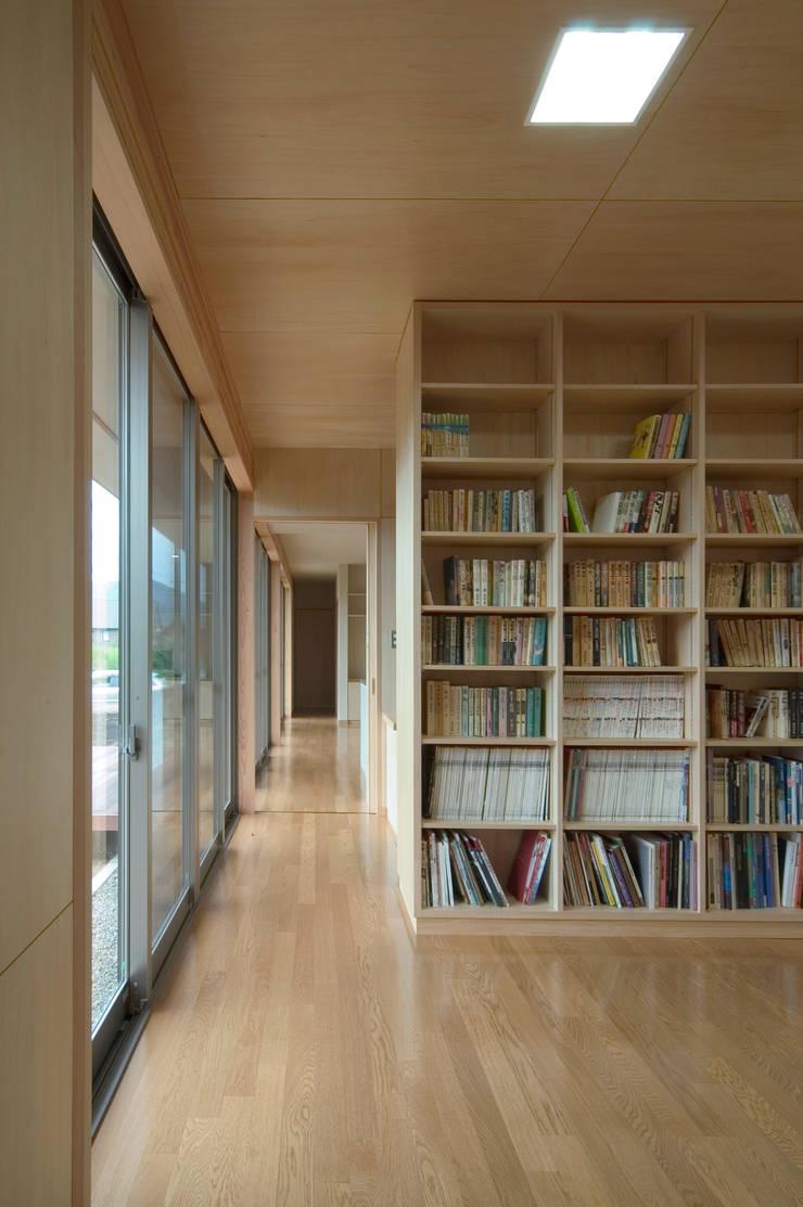 Salas de entretenimiento de estilo  por 長谷雄聖建築設計事務所, Moderno