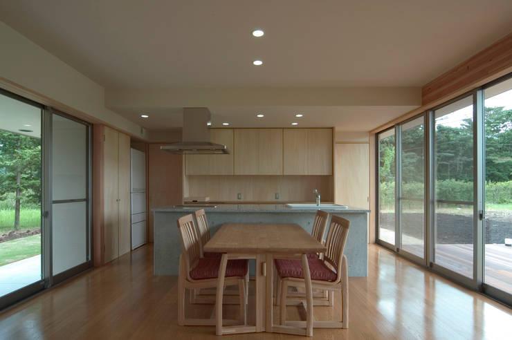 F邸: 長谷雄聖建築設計事務所が手掛けたダイニングです。