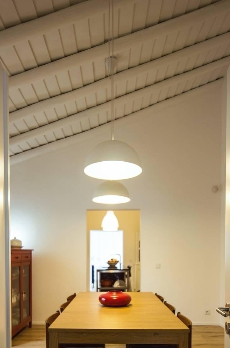 Casa em Corte Gafo, Mértola: Salas de jantar  por Estúdio Urbano Arquitectos