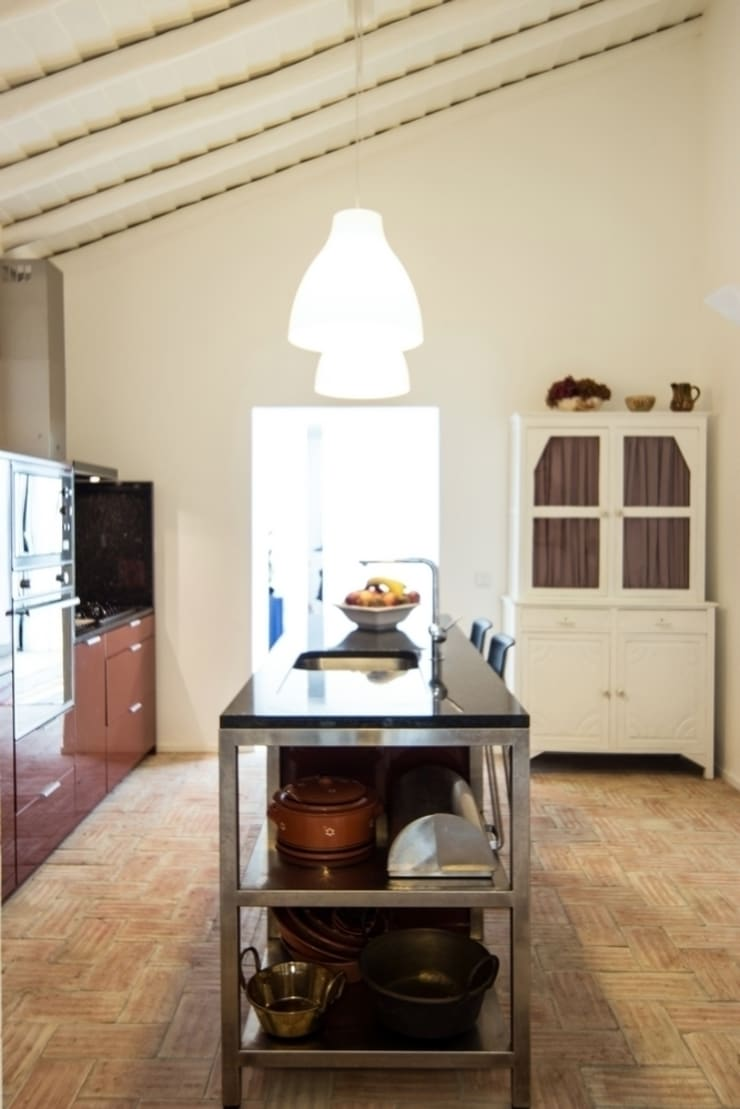 Casa em Corte Gafo, Mértola: Cozinhas  por Estúdio Urbano Arquitectos