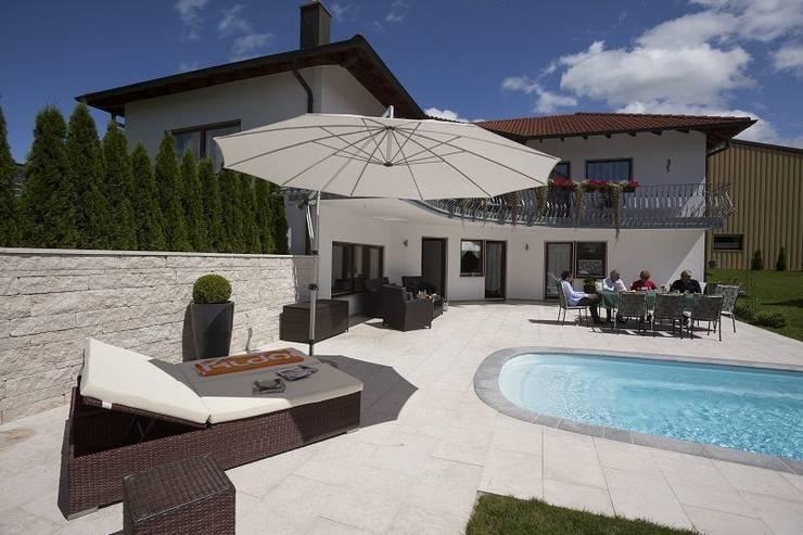 Sonnenschirm am Pool: klassischer Pool von MR Gruppe
