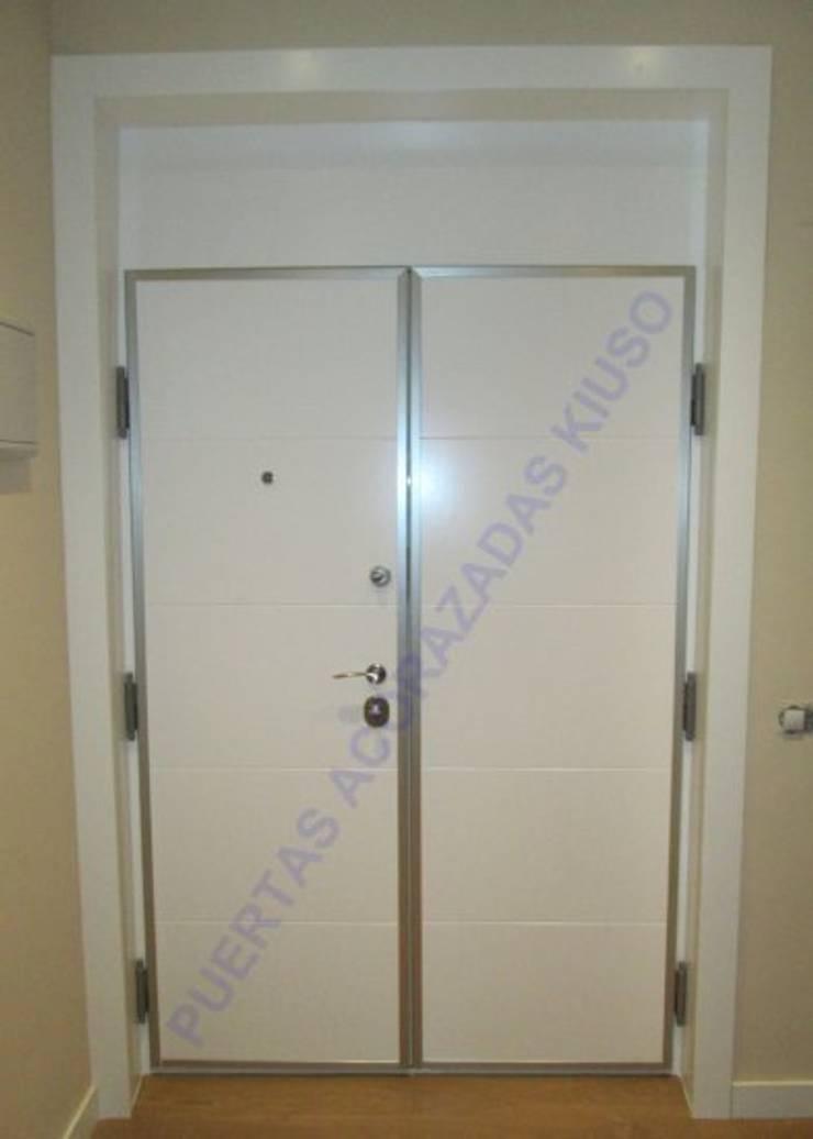 DOBLE1: Puertas y ventanas de estilo  de PUERTAS KIUSO
