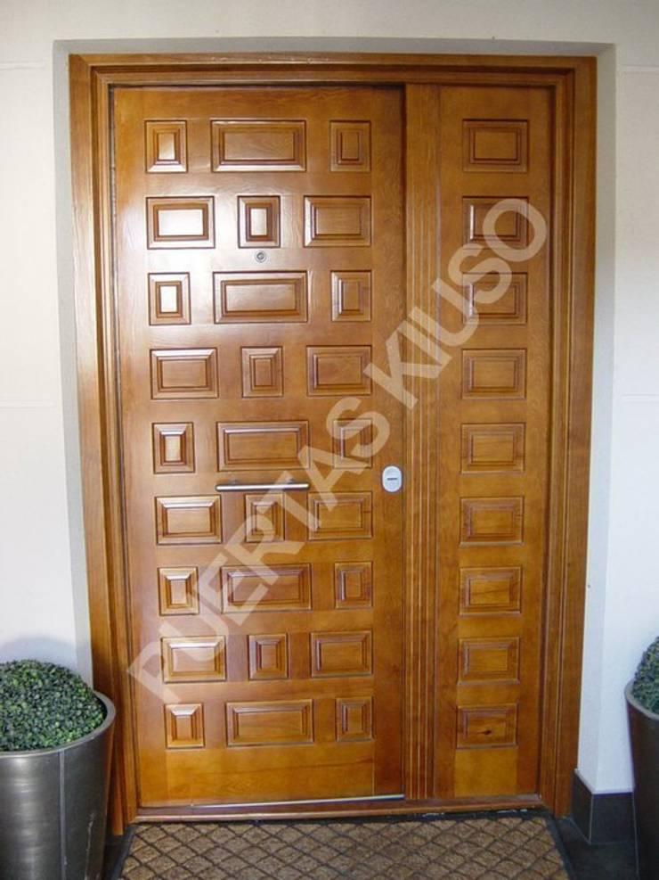 DOBLE3: Puertas y ventanas de estilo  de PUERTAS KIUSO