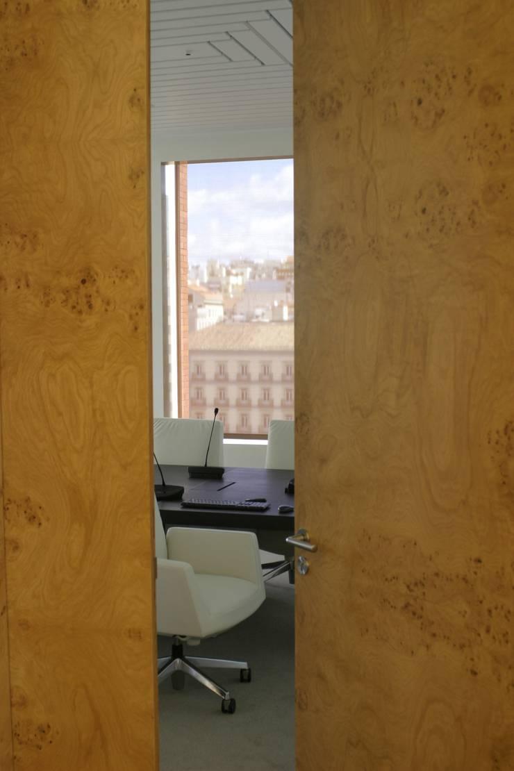 REFORMA PLANTA OFICINAS. EDIFICIO BANKINTER. MADRID. 2014 En colaboración con RAFAEL MONEO: Edificios de oficinas de estilo  de Bescos-Nicoletti Arquitectos