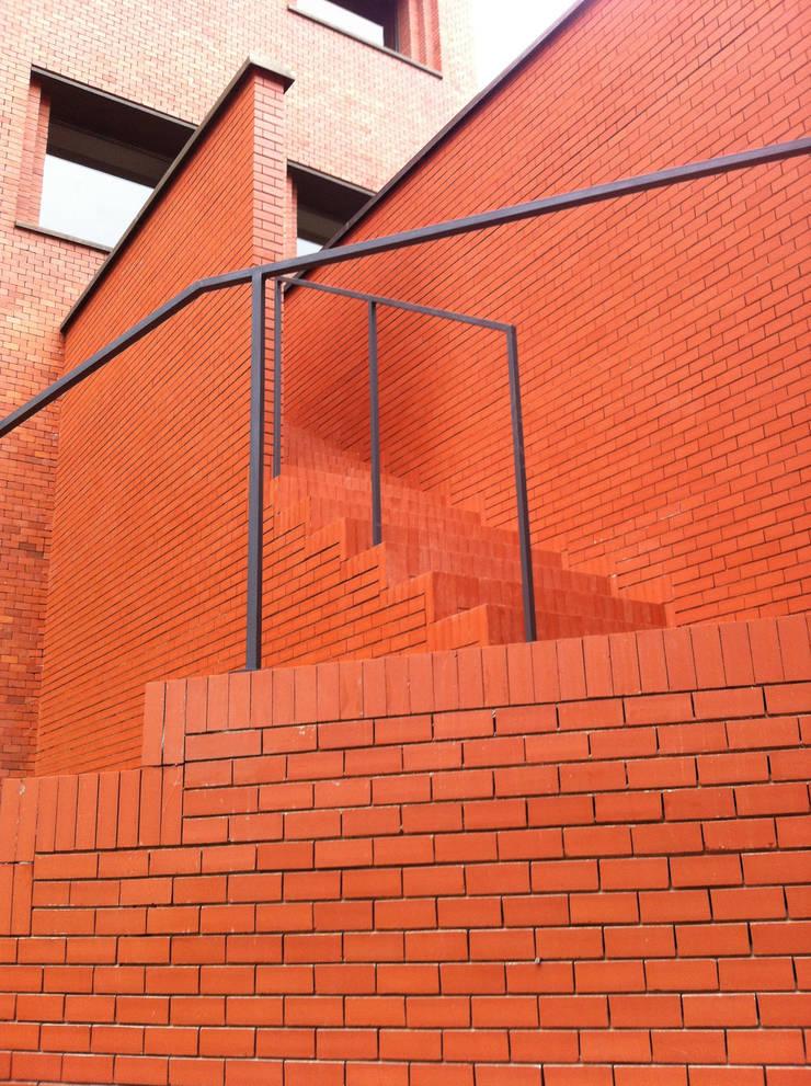 PROYECTO ACTUALIZACION EXTERIOR E INTERIOR. EDIFICIO BANKINTER. MADRID. 2011-2013 En colaboración con RAFAEL MONEO: Edificios de oficinas de estilo  de Bescos-Nicoletti Arquitectos